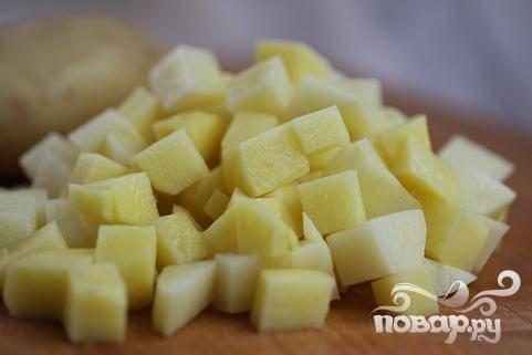 1.Картофель почистить, помыть и порезать на кубики величиной 2-3 см. Промыть кубики картофеля холодной водой, чтобы убрать лишний крахмал и получить хрустящие кусочки.