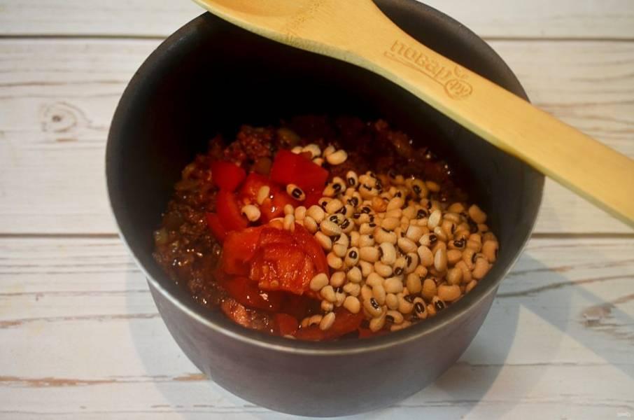 6. Добавьте нарезанные кубиками помидоры и промытую фасоль. Посолите, поперчите и варите около 30 минут.