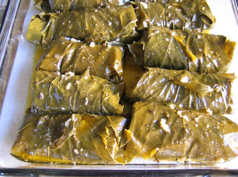 Филе лосося в виноградных листьях запекаем 15 минут при 190 градусах.