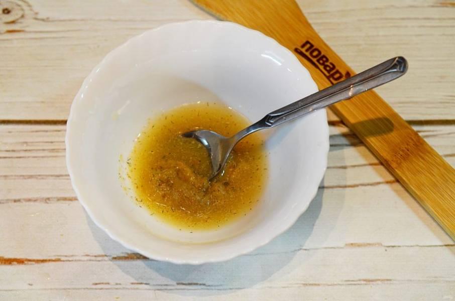 4. Жидкость слейте с ананаса, 2 ст. л. смешайте с маслом, лимонным соком, специями. Полейте овощи.