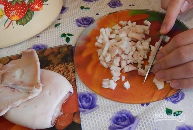 Очищенные кальмары и креветки нужно отварить до готовности (буквально 3 минуты в кипящей воде), затем остудить. Кальмары нарезаем мелкими кубиками. Также поступаем с креветками, но оставляем несколько целых (можно неочищенных) для украшения салата.
