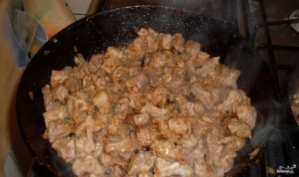1. На растительном масле хорошенько обжарим свинину со специями и половиной от всего количества лука, добави сахар и обжарим до появления корочки.