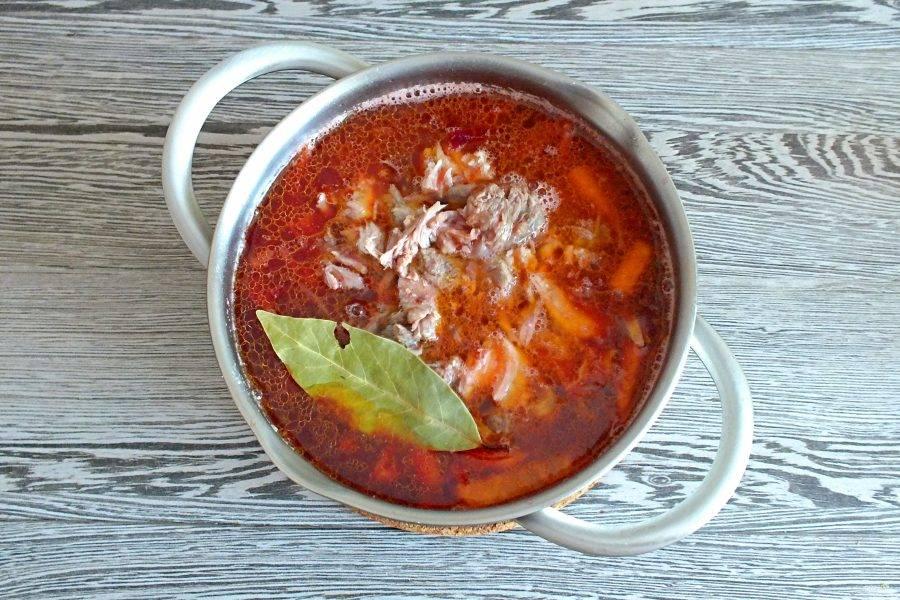 Переложите содержимое сковороды в кастрюлю с капустой и репой. Добавьте оставшийся бульон или воду, если это необходимо, лавровый лист. Отрегулируйте по соли. Включите огонь чуть ниже среднего, нагревайте до закипания. Прокипятите в течение половины минуты.
