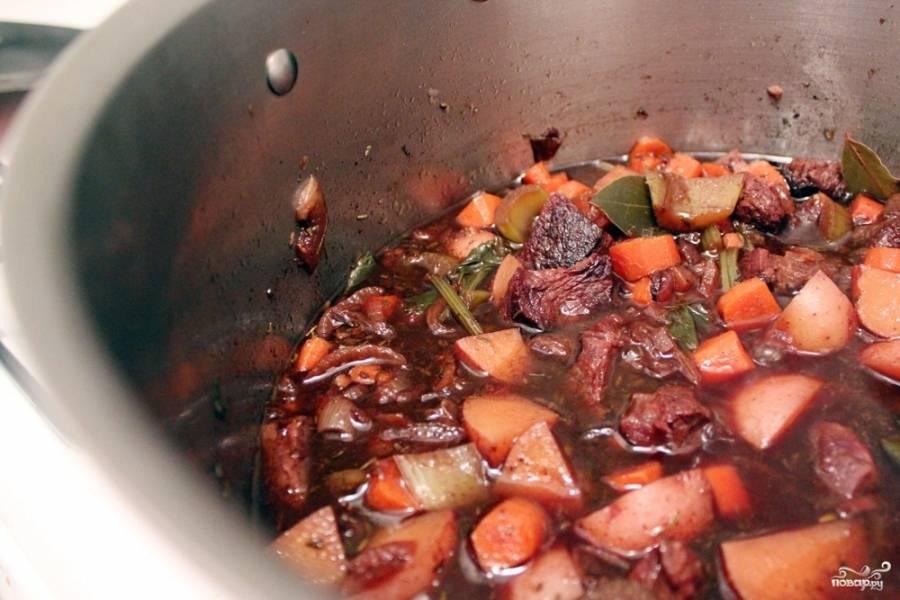 2. А теперь вливаем вино и бульон, добавим все специи и сельдерей. Ждем, пока закипит, но огонь не увеличиваем: чем дольше томится мясо, тем лучше.