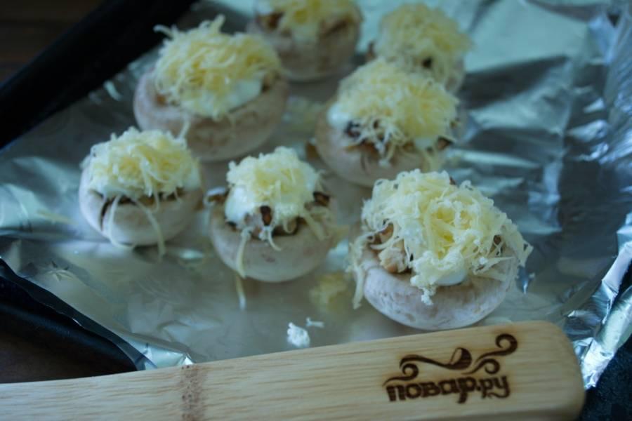 Натрите на терке твердый сыр. Выложите поверх грибной массы.