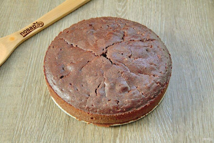 Выпекайте бисквит при температуре 180 градусов 30-40 минут. Готовность можно проверить деревянной шпажкой или зубочисткой. Полностью остудите готовый бисквит, а затем извлеките его из формы.