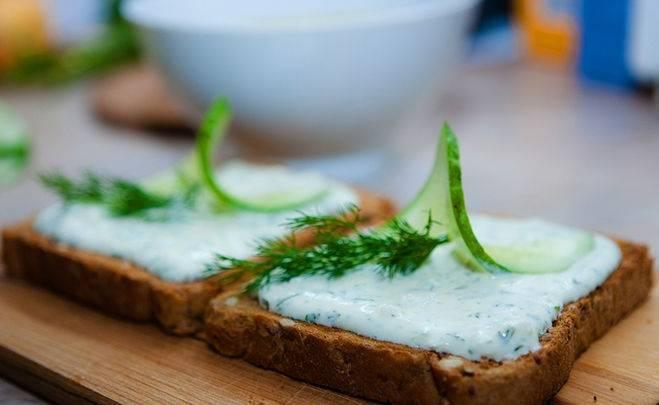 5. Вот и все описание, как сделать творожный крем с зеленью. Подавать его к столу можно сразу, украсив при желании.