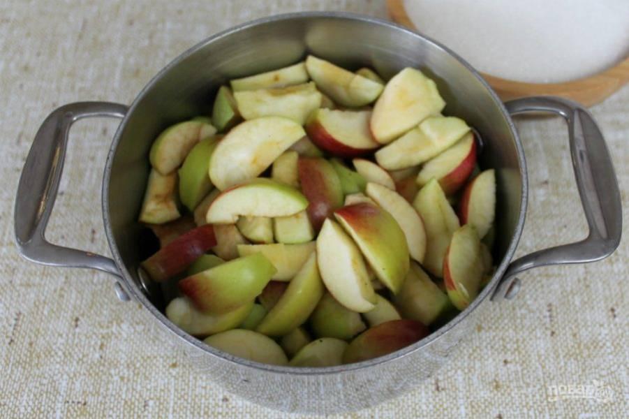 Удаляем сердцевину яблок и нарезаем фрукт кусочками.