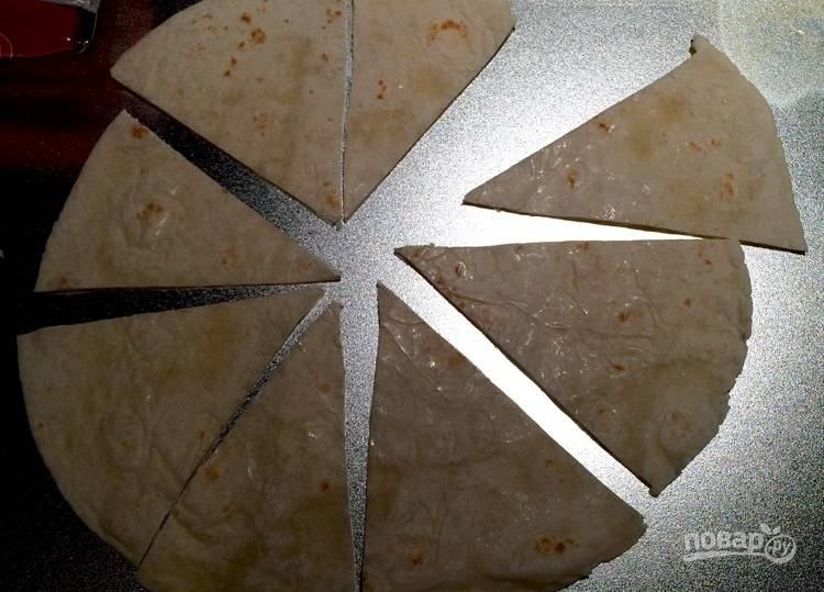 2.Разрежьте лепешку по своему усмотрению (треугольниками или рваными кусочками).