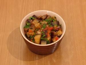 7. На дно кокотницы выкладываем начинку и заливаем полученным соусом. Шапочку делаем из сыра и отправляем горшочки в духовку на 20 минут.