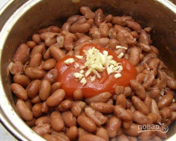 4. Добавляем томатную пасту или кетчуп и мелко рубленный чеснок.