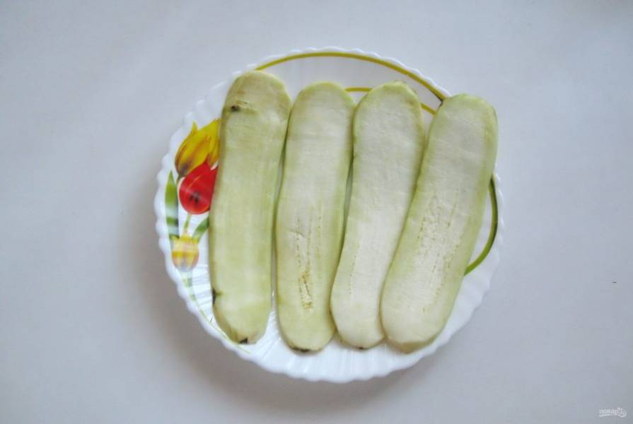 Нарежьте баклажан вдоль пластинами толщиной 5-7 мм.