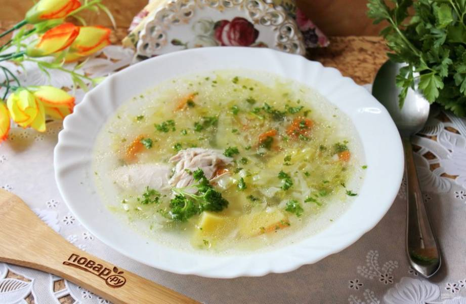 Куриный суп с зеленью готов. В каждую тарелку при подаче добавьте кусочек отварной курицы. Приятного аппетита!