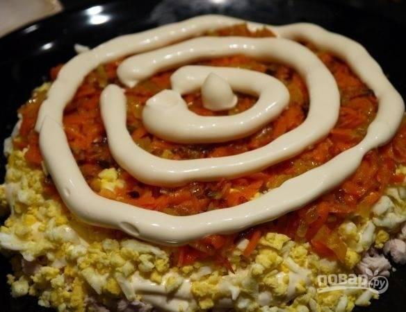 8. Смажьте майонезом. Следом выложите грибочки и последним слоем — тертый сыр.