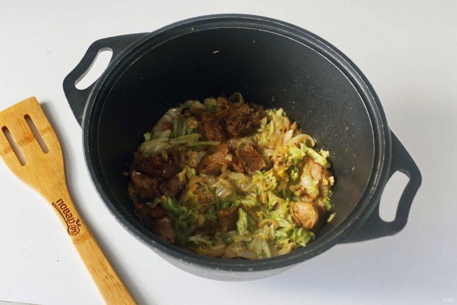 Добавьте пекинскую капусту, нарезанную небольшими кусочками. Посолите, перемешайте и тушите все вместе еще 7-10 минут.