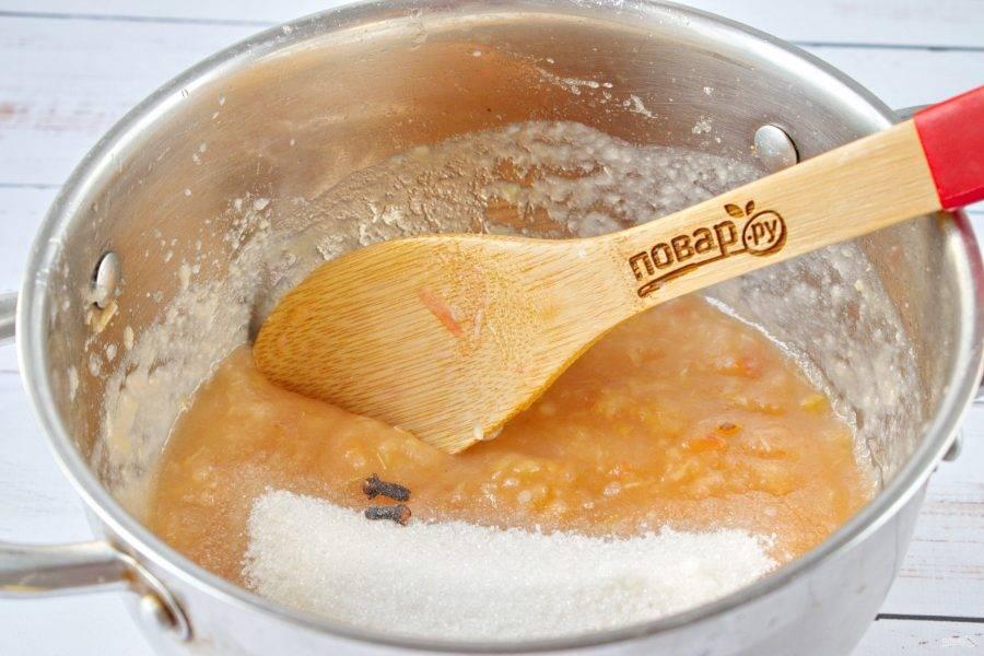 3.     Нарезанные  яблоки переложите в кастрюлю и залейте небольшим количеством воды. Ровно столько, чтобы яблоки были покрыты ею. Добавьте половину сахара, варите минут 20, до тех пор, пока они станут прозрачными и мягкими. Яблоки  измельчите блендером до однородного состояния. Добавьте оставшийся сахар, гвоздику  и 20 грамм желирующего сахара. Тщательно перемешайте, чтобы сахар полностью растворился.