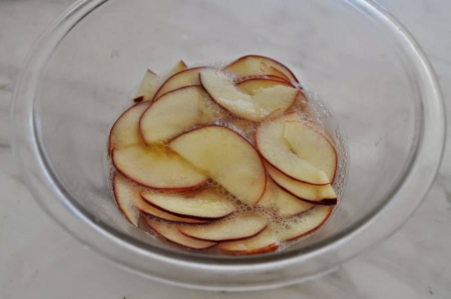 Налейте в посуду для микроволновки 2 стакана воды. Выдавите туда лимонный сок. Положите яблоки в воду с соком, чтобы они не окислились и не изменили цвет. Ставим посуду с яблоками в микроволновую печь минуты на 3: нам нужно, чтобы яблоки стали мягкими.