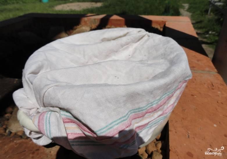 Накройте тесто полотенцем, дайте ему настояться и подойти в теплом месте около получаса.
