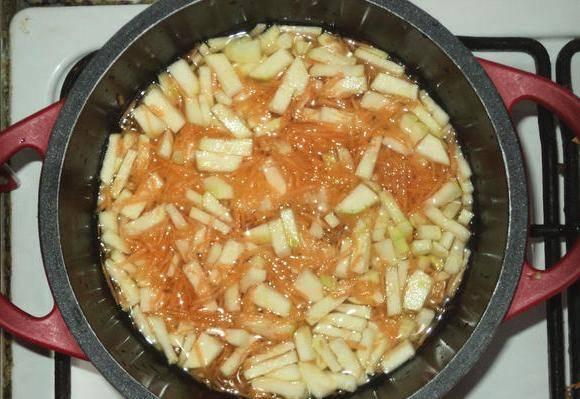 Теперь выкладываем нарезанные овощи в кастрюльку и заливаем водой так, чтобы она не накрывала их полностью. Ставим на огонь, а когда вода закипит, солим и варим пару минут.