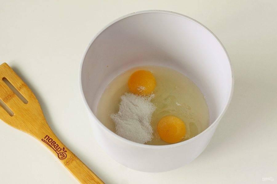 В глубокой миске соедините яйца, сахар и соль.