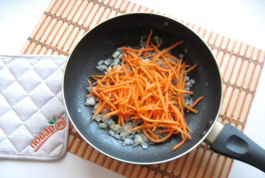 Морковь очистите, помойте и натрите на терке, я взяла терку для корейской моркови. Добавьте в сковороду к луку и чесноку.