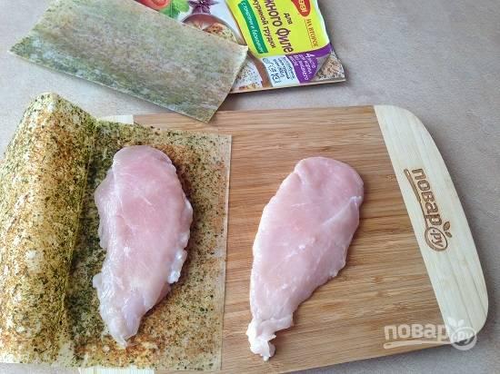 3. Куриное филе разрежем на две части, посыпаем солью, перцем и специями и обжарим до готовности. Я воспользовалась  пергаментом со специями.
