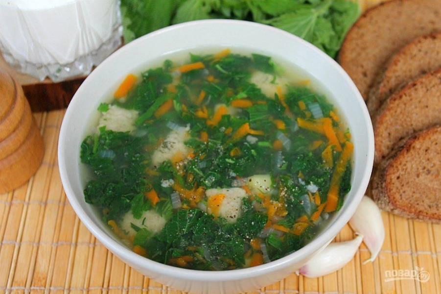 Суп с крапивой и клецками готов. Подаем горячим, приятного аппетита.