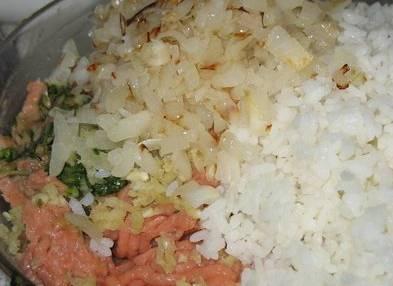 Рис промываем и отвариваем в подсоленной воде. Лук измельчаем и обжариваем на масле до золотистости. Смешиваем рис и лук с фаршем, добавив соль по вкусу. Ставим массу в холодильник на 10 минут.