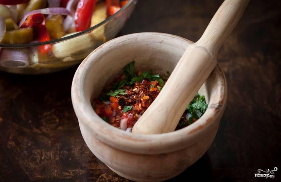 Перец болгарский и лук очищаем и измельчаем. Перекладываем овощи в ступку и заливаем оливковым маслом. Добавляем измельченную петрушку и чеснок, соль, перец красный и черный. Толчем смесь в ступке до получения пастообразной массы.