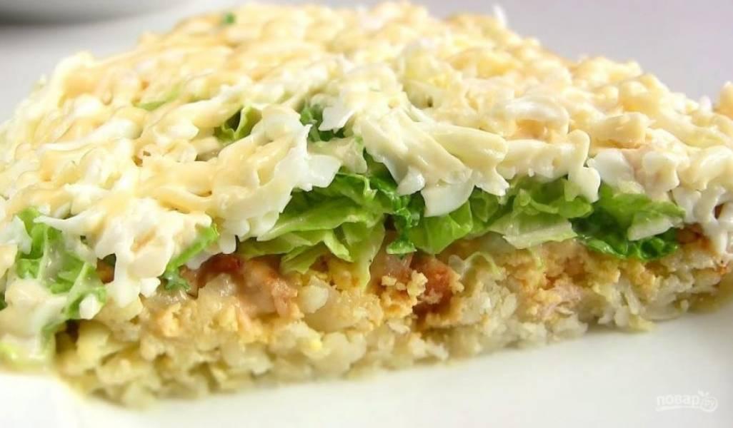 5. Также выложите натертые на крупной терке белки. Нарисуйте сетку из майонеза. Отправьте салат в холодильник на 3-4 часа. Приятного аппетита!
