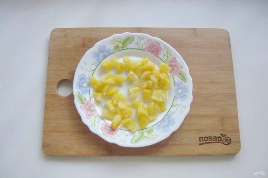 Консервированный ананас нарежьте кубиками.