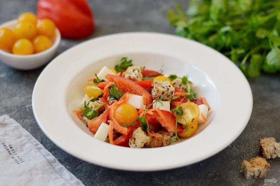 Салат с сухариками и болгарским перцем готов, приятного аппетита!
