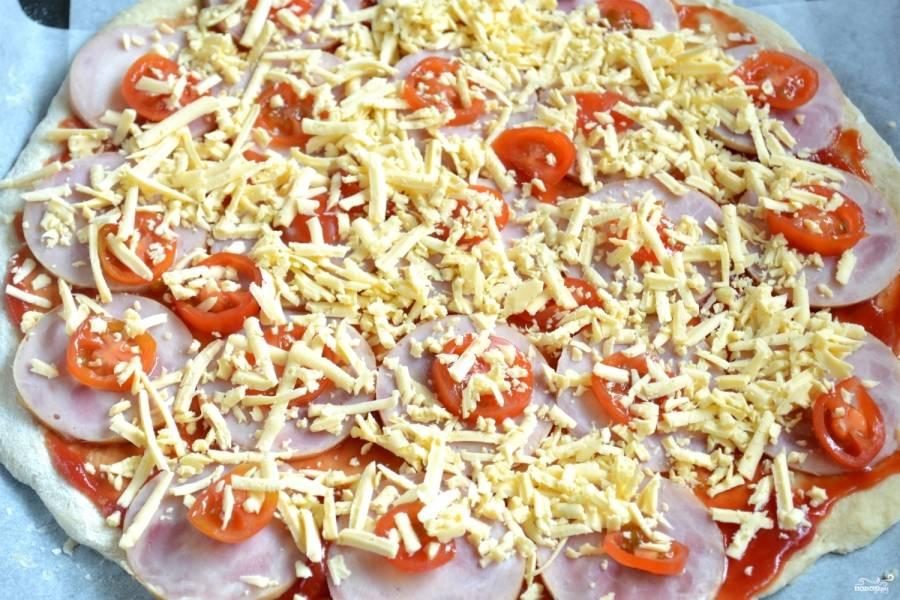 Присыпьте тертым сыром и запекайте в духовке при температуре 230 градусов 20 минут.