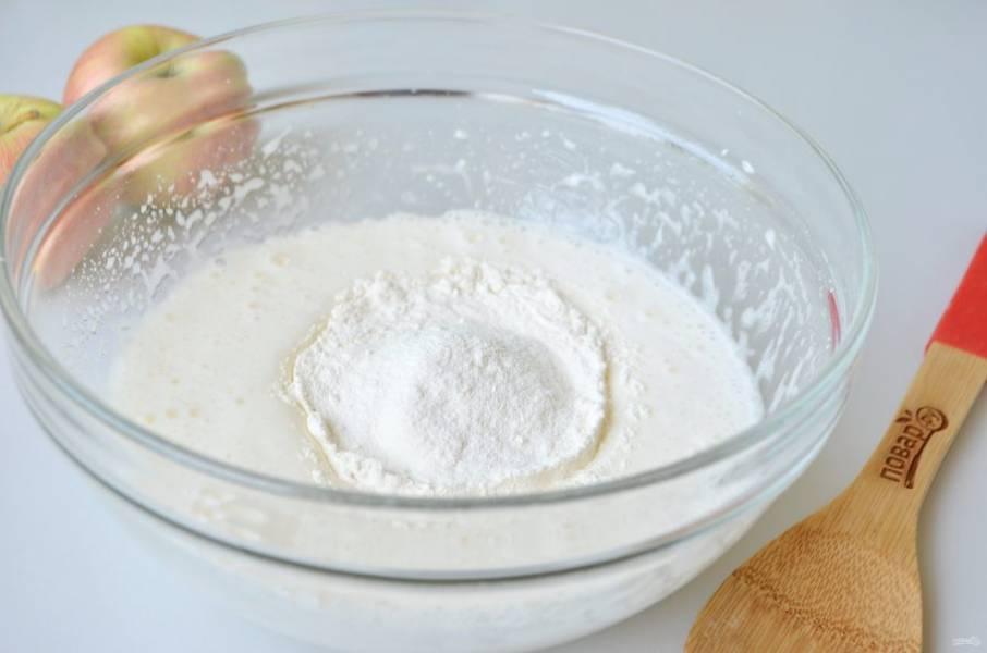 4. Всыпьте муку и разрыхлитель. Уменьшите обороты миксера до минимума и просто соедините муку с яично-молочной основой пирога, чтобы не осталось мучных комочков.