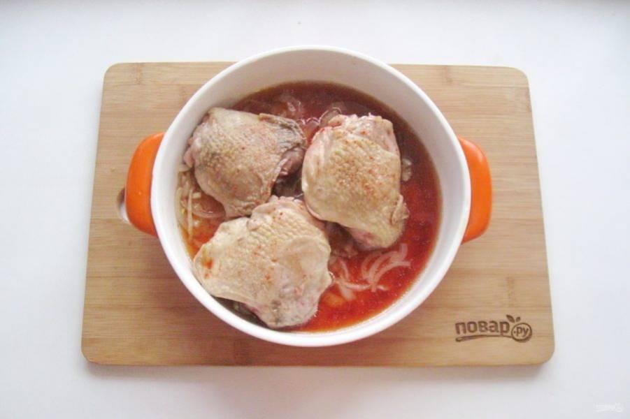 На лук выложите курицу, немного её посолите. Залейте курицу смесью вина, соевого соуса и молотого красного перца. Накройте фольгой и отправьте в духовку, разогретую до 180 градусов.