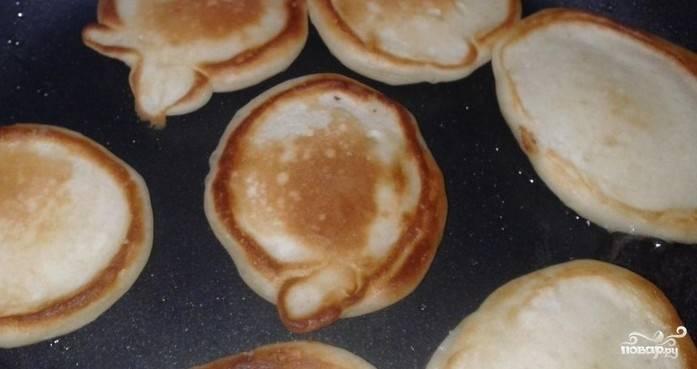 2. Теперь разогреем сковородку и аккуратно ложкой выкладываем небольшими порциями тесто на сковороду, чтобы получились обладьи. Жарим с двух сторон каждую .