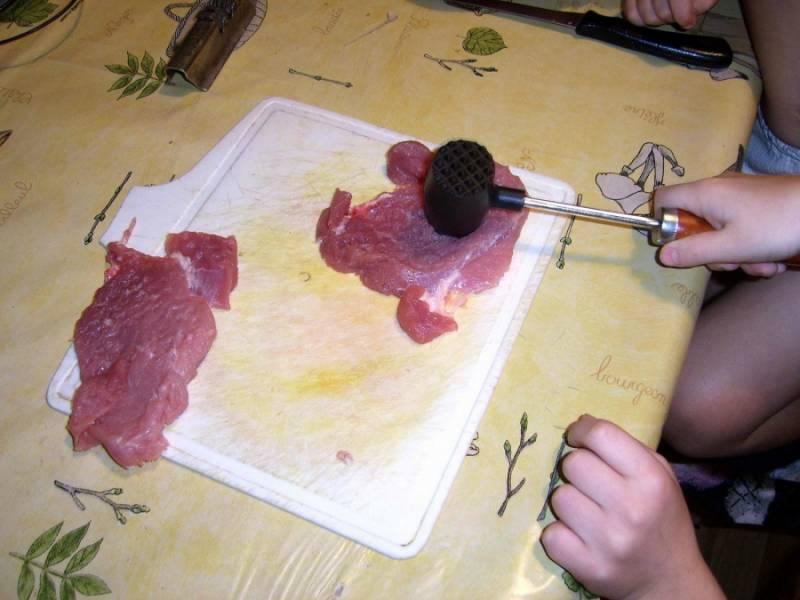 1. Почему это блюдо называется отбивная по-царски? Все дело в том, что мясо готовится несколько необычным способом, а результат приготовленного кулинарного шедевра удивит даже искушенных мясоедов и гурманов.