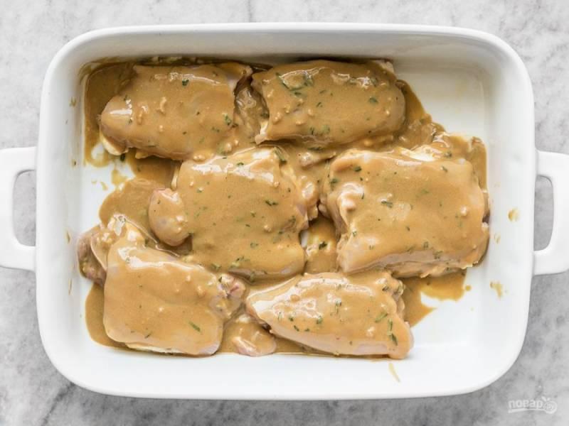 5.Распределите соус равномерно, чтобы укутать им каждый кусочек курицы.