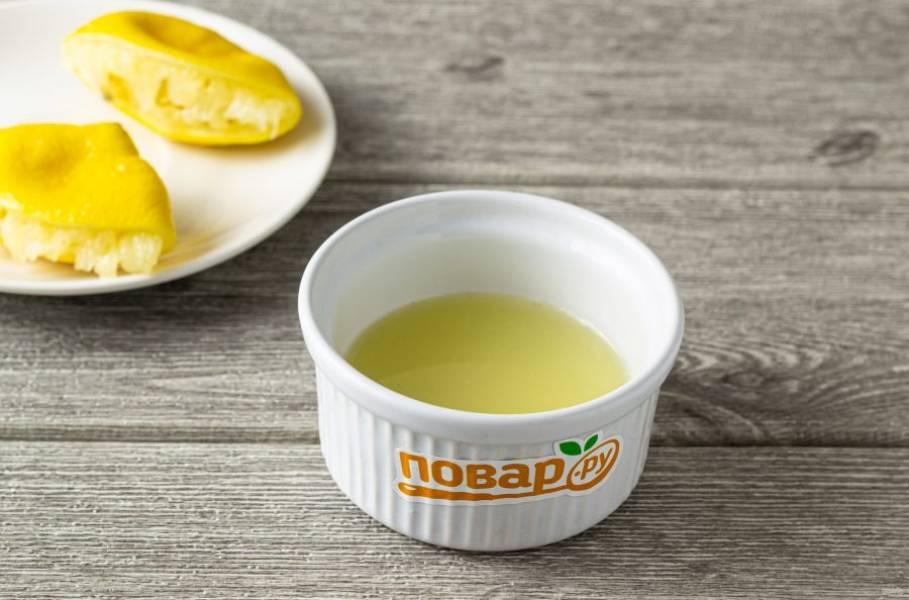 Выжмите из лимона сок.