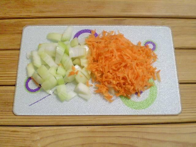 2. Лук режем кубиками, морковь трем на терку.