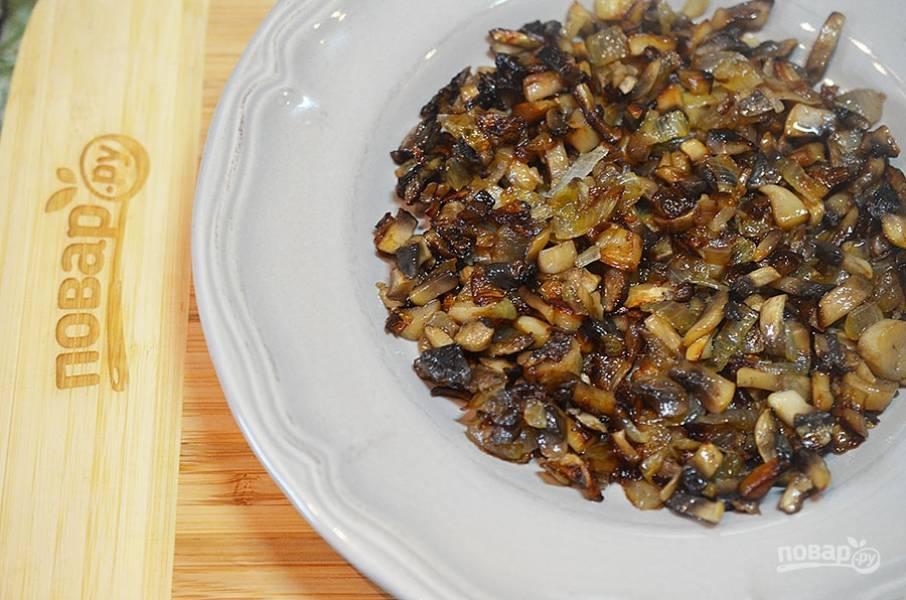 5. Первым слоем на блюдо выложите жареные грибы.