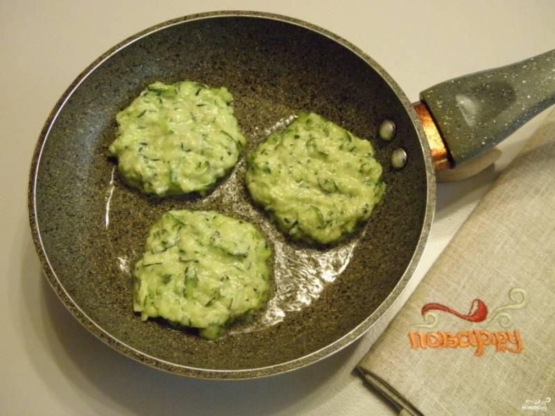 Столовой ложкой набирайте лепешки и выкладывайте в разогретую сковороду с растительным маслом. Жарьте лепешки с обеих сторон на медленном огне до красивой корочки.