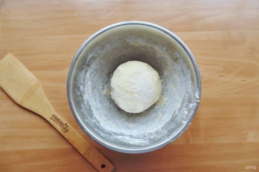Замесите мягкое, эластичное тесто. И отправьте его на 30 минут в холод.