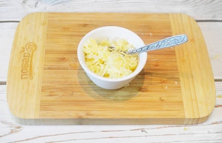 4. Добавьте к картошке, которую вы выскребли, сливки, масло, половину сыра и хорошо перемешайте, Посолите.