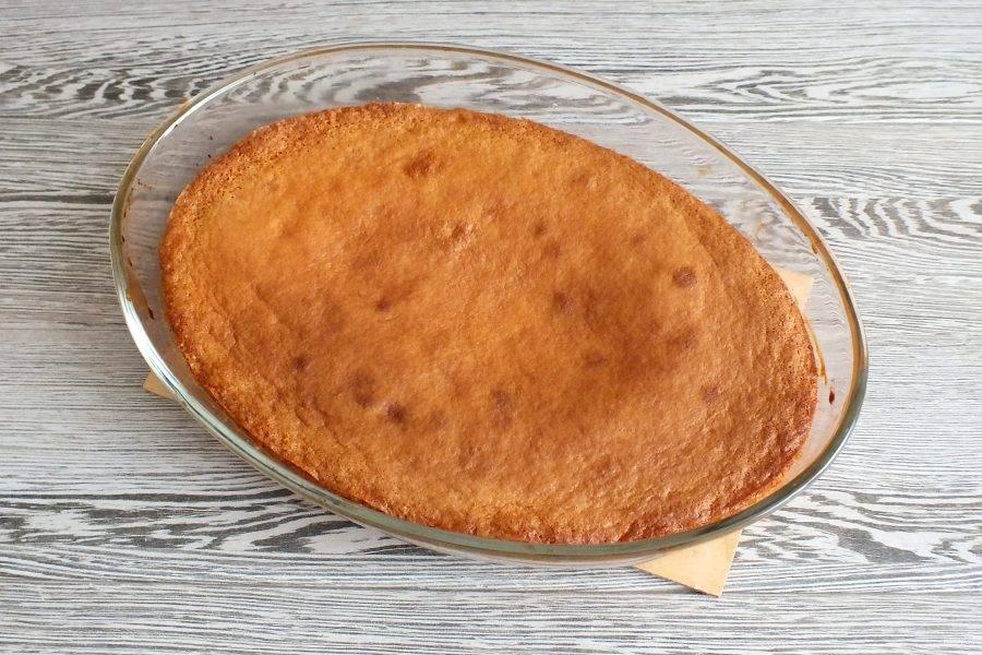 По истечении времени проверьте пирог на готовность деревянной шпажкой. Она должна быть сухой. Готовый пирог достаньте из духовки и оставьте минут на 15 в форме.