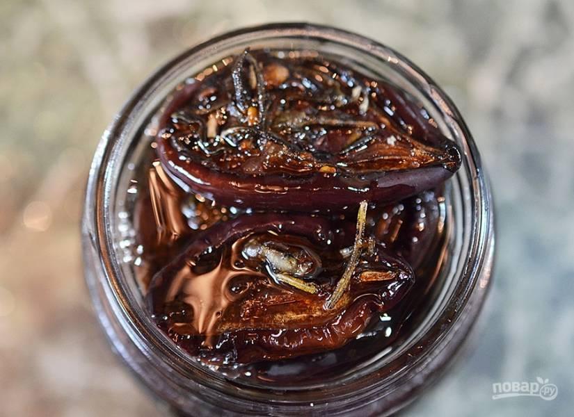 6. Выложите сливы в банку и залейте горячим оливковым маслом.