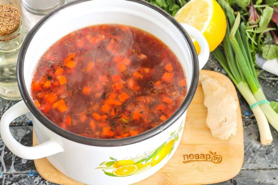 Выложите обжаренную овощную заправку в кастрюлю с отваренным картофелем, перемешайте, посолите, всыпьте сахар. Отварите еще 5 минут.