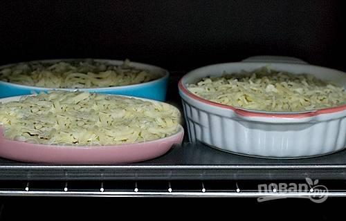 4. Запекайте жульен с фаршем в разогретой до 200 градусов духовке 15-20 минут.