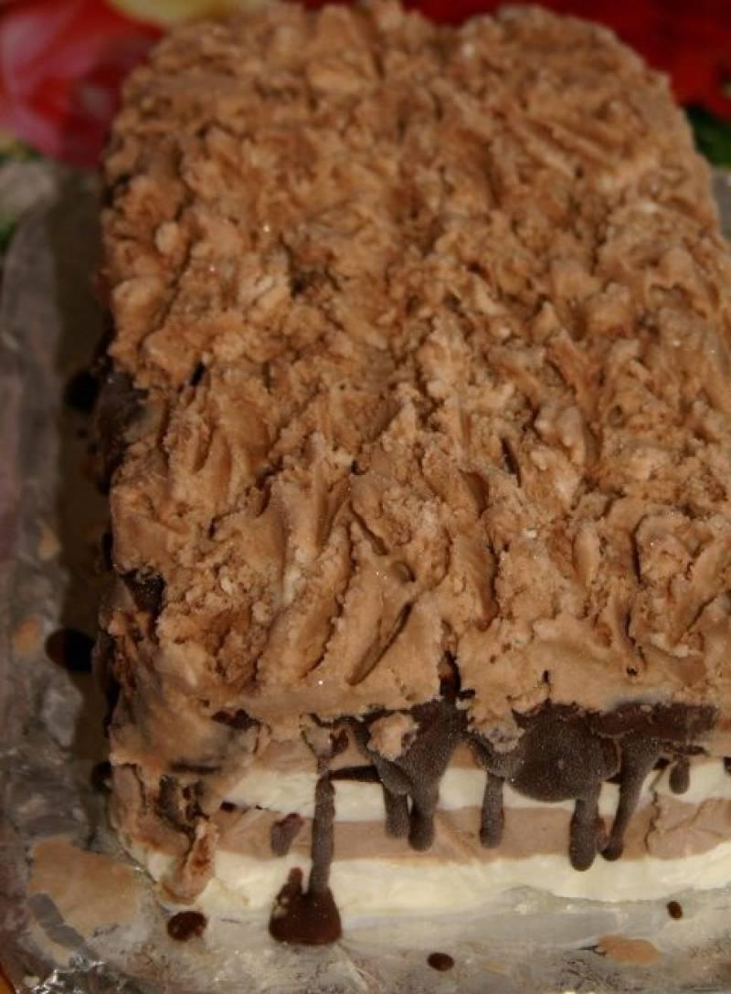 4. Теперь выкладываем их послойно в форму, смазывая растопленным черным шоколадом. Делаем слой - и ставим в холодильник, чтобы схватился, затем наливаем новый слой и так далее.