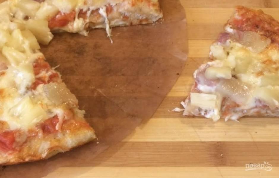 6. Сверху выложите тонкие ломтики бекона и кусочки ананаса. Выпекайте пиццу в разогретой до 200 градусов духовке 10 минут на нижнем уровне. Приятного аппетита!
